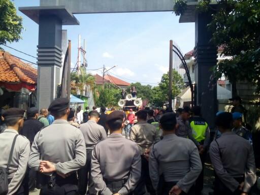 Elemen masyarakat dari Gerakan Pemuda Anti Ijazah Palsu (GPAIP) menggelar aksi unjuk rasa di Kantor KPU