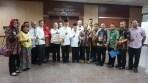 Sekda Sri Puryono (berpeci hitam) didampingi Ketua PMI Jateng Imam Triyanto dan KH Ahmad Darodji yang juga Dewan Kehormatan PMI Jateng, bersama pengurus PMI dan para donatur, berfoto bersama didepan Ruang Rapat Setda Jateng Komplek Gubernuran, Semarang. (8/6/2018).