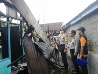 Kapolres Kota Banjar AKBP Matrius saat meninjau lokasi kebakaran yang menghanguskan dua rumah di Sukarame, Kota Banjar.