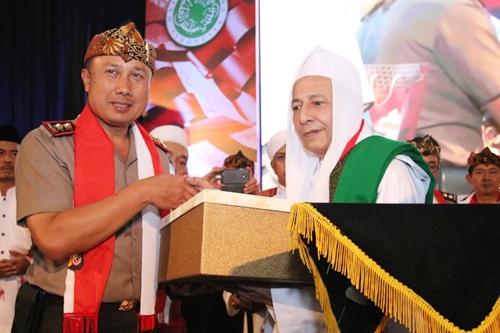 Kapolda Jabar Irjen Pol Drs Agung Budi Maryoto, M.Si., bersama K.H. Maulana Al-Habib Luthfi Bin Yahya pada acara halal bihalal dan istighosah dalam rangka mewujudukan Pilkada Jawa Barat tahun 2018 yang damai dan sukses menjelang pemungutan suara / pencoblosan tanggal 27 Juni 2018.