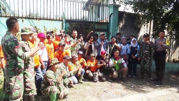 Jajaran Sektor 21 Satgas Citarum dari Subsektor 21-13 bersama dengan elemen masyarakat dan pemerintah setempat serta Polsek sebelum melaksanakan penutupan lubang pembuangan limbah PT Asatex, Sabtu (30/6/2018).