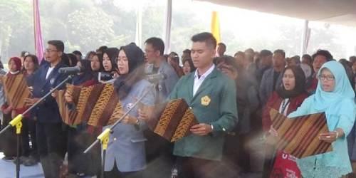 Perwakilan mahasiswa dan masyarakat membacakan Deklarasi Gebyar Edukasi 3R KKN Tematik Citarum Harum di Desa Cilampeni, Kabupaten Bandung.