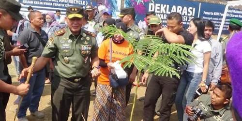 Pangdam III Siiwangi Mayjen TNI Besar harto Karyawan, SH, M.Si, melaksanakan penanaman pohon di bantaran Sungai Citarum diacara Gebyar Edukasi 3R (Reuse, Reduce and Recycle) KKN Tematik di Desa Cilampeni, Kecamatan Katapang, Kabupaten Bandung.