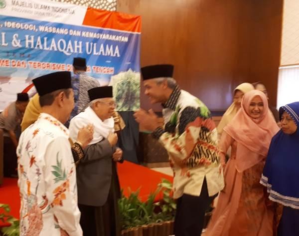 Gubernur Jateng Ganjar Pranowo bersalaman dengan Ketua Umum MUI KH Ma'ruf Amin usai membuka Halaqah