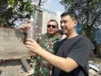 Direksi PT Guccitex Andreas Wijaya (kanan), bersama Dansektor 21 Satgas Citarum Kolonel Inf Yusep Sudrajat, melihat sampel hasil pengolahan limbah di bak outlet