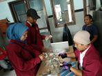 Hitung Uang : Personil TPD sedang menghitung uang hasil pengemisan kelayan yang terkena razia di Panti Rehabilitasi Sosial Kota Semarang