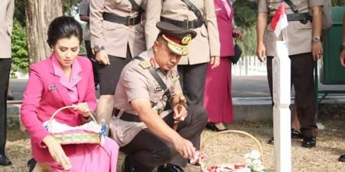 Kapolda Jabar Irjen Pol Drs Agung Budi Maryoto, M.Si., dan Ibu Asuh Polwan Polda Jabar beserta jajaran melaksanakan Upacara Ziarah memperingati HUT ke 70 Polwan di Taman Makam Pahlawan Cikutra, Kota Bandung.