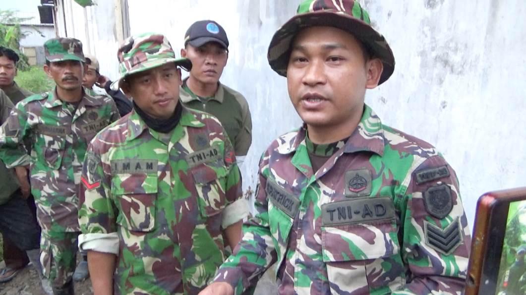 Komandan Satgas Citarum Subsektor 21-17/Solokan Jeruk, Serka S Patrick (kanan), saat diwawancara oleh wartawan disela kegiatan melokalisir saluran pembuangan limbah PT Novatex, Senin (29/10/2018).