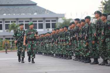 Pangdam III/Siliwangi Lepas Satgas Pamtas RI-Malaysia Yonif Raider 301/PKS