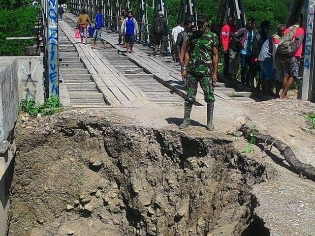 Babinsa Aban Timur bantu perbaiki jembatan yang putus