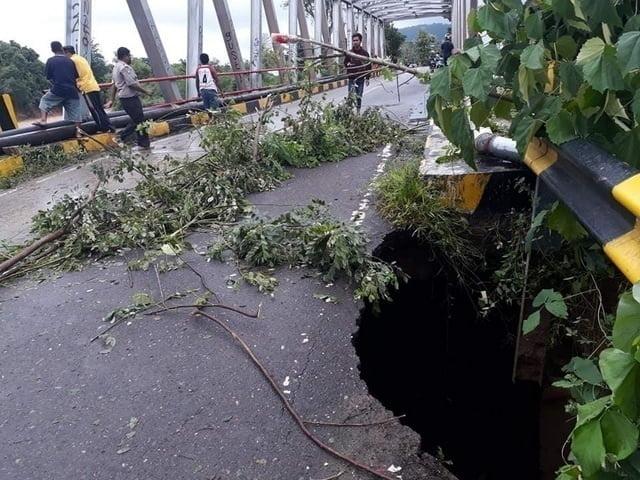 salah satu jembatan yang terdampat banjir bandang di Labuan Bajo, Flores, NTT