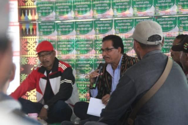 Bupati Manggarai, Deno Kamelus dalam talk show radio GMPS Ruteng di Pasar Inpres Ruteng