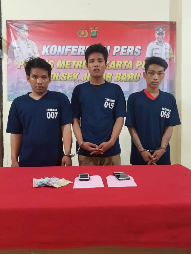 Para pelaku curas beserta barang bukti hasil kejahatan yang diamankan aparat kepolisian Polsek Johar Baru, Jakarta Pusat