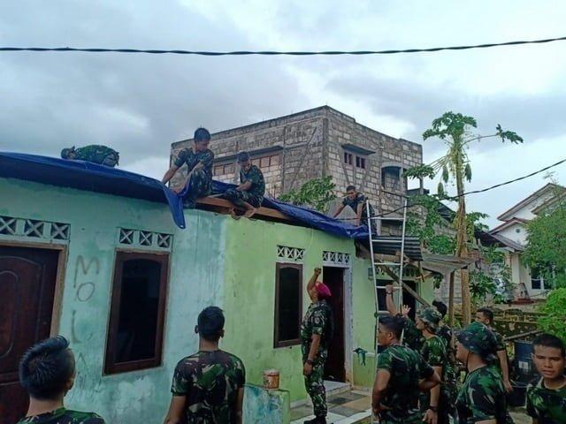 prajurit TNI membantu memperbaiki rumah warga yang diterjang angin puting beliung di Kupang, NTT