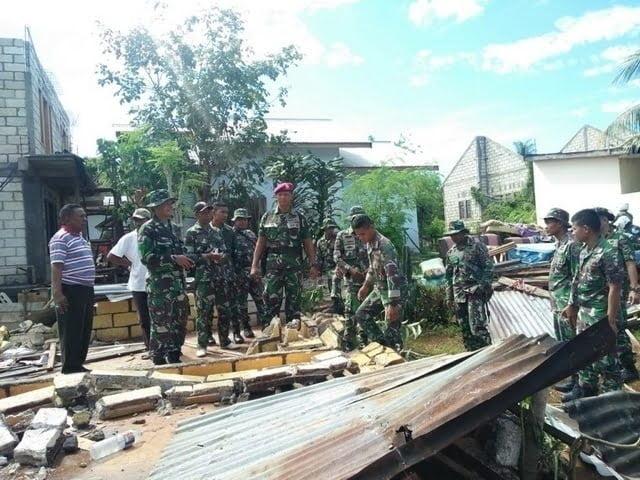 Prajurit TNI AL Lantamal VII bersama Marinir membantu korban bencana angin puting beliung di Kupang NTT