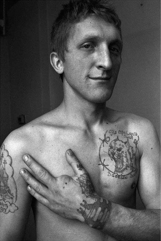 Tatouage de menotte au poignet