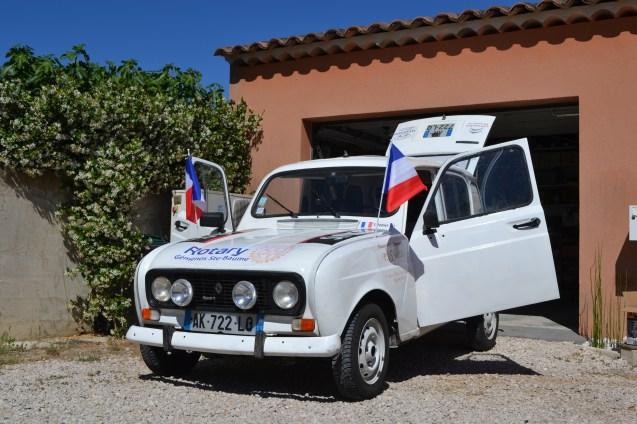 renault 4L drapeaux français