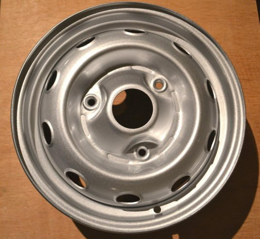Peinture de finition gris métallisé sur roues de 4L