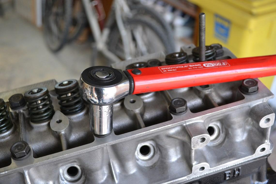 Serrage au couple d'une culasse de Renault 4L à l'aide d'une clé dynamométrique