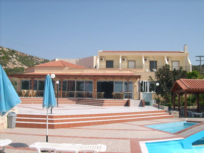 Blick vom Pool auf das Hotel Begeti Bay