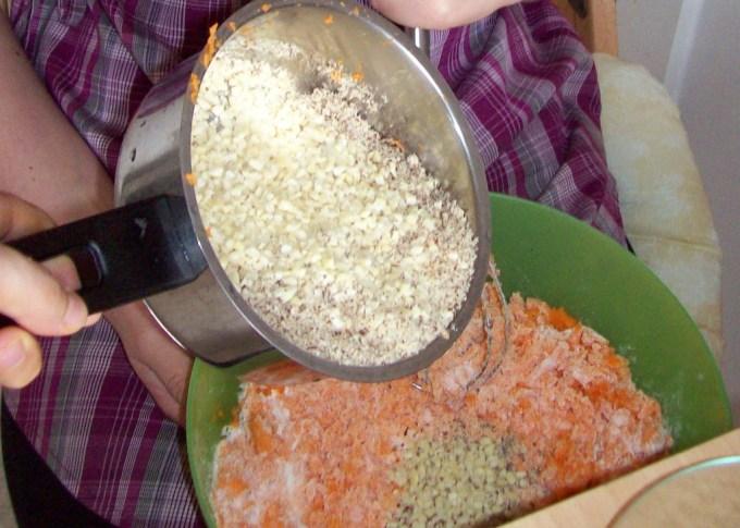 Die Zutaten für den Karottenkuchen müssen gut gemischt werden.
