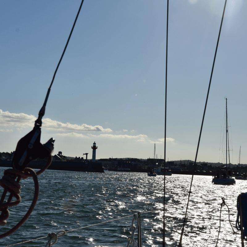 Mit Segelyacht St Vaast Hafeneinfahrt