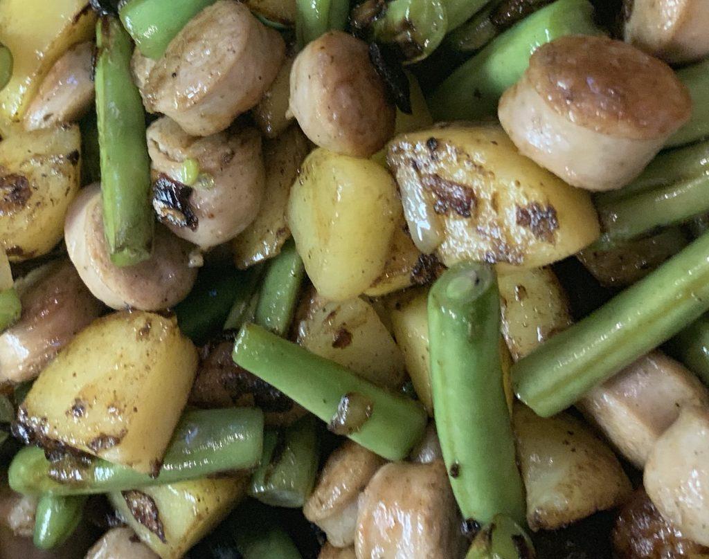 Gebratene Bohnen mit Kartoffeln und Bratwurst