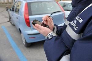 """Strisce blu, il governo fa marcia indietro: """"Sanzioni per chi parcheggia oltre il tempo previsto"""""""