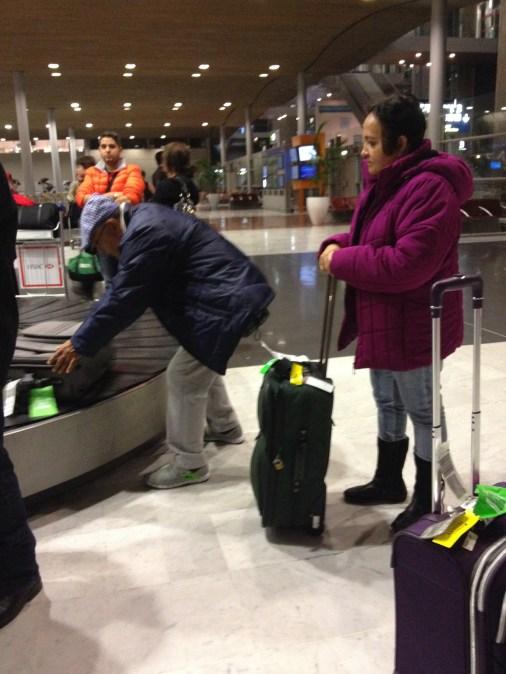En el Charles de Gaulle, recogiendo el equipaje.