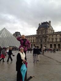 Con mami afuera del Museo Louvre.