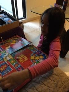 Con su abuela y su tío jugó un rato una trivia de Los Simpson.