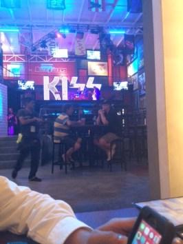 El grupo Kiss tiene un restaurante de concepto rockero en San José.