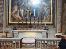 Frente a la tumba de Juan Pablo II en el Vaticano, un momento especial para los católicos.