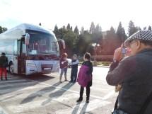 Papá tomó tantas y tantas fotos, que no podía quedar fuera la de la guía antes de subir al bus.
