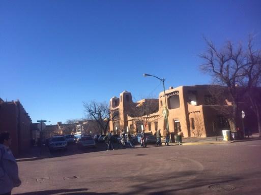 Por ley, los pueblos de Santa Fe, Taos y Albuquerque lucen en color adobe.