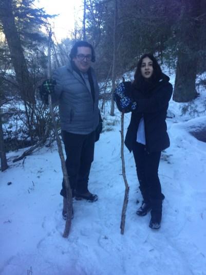 Eduardo y Bianca caminaban por la nieve con una vara.