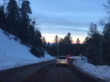 Fue hermoso ver el atardecer en las montañas nevadas.