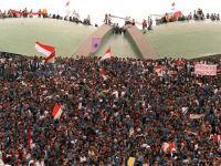 Protes mahasiswa di Indonesia 1998. Protes massa yang tercetus selepas krisis ekonomi Asia Tenggara pada 1997 telah menjurus kepada kejatuhan diktator Suharto