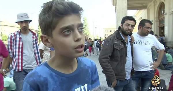 Hjelp Syrerne. Vi trenger hjelp nå. Stopp krigen. Vi vil ikke måtte flykte til Europa, vi vil bare få en slutt på krigen!