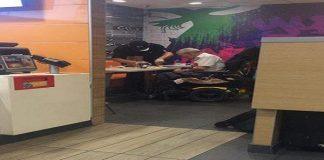 Måten den ansatte ved McDonald's hjelper en gammel mann gir folk tårer i øyene
