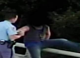 Politibetjent nærmer seg mann som skal ta selvmord, så skjer noe rørende