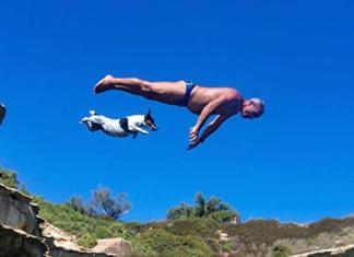 Hundens eier, Carmelo Abela, er dykker på Malta. Han har lært Titti opp til å stupe synkronisert sammen med han fra høye klipper.