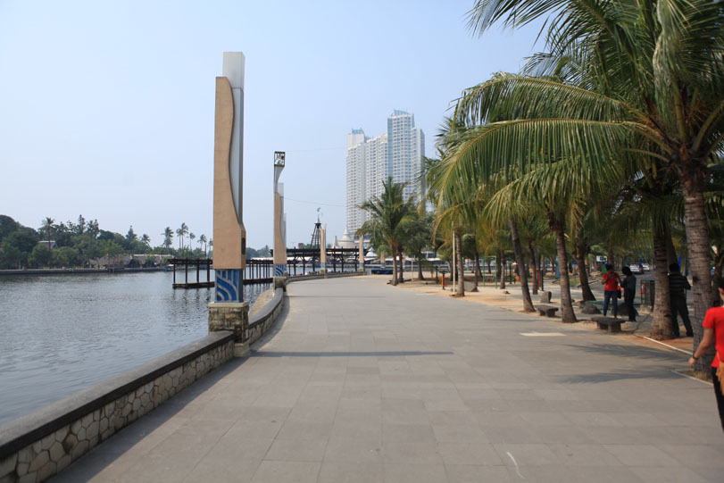 beachfront2Bwalk2Bjakarta