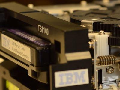 Este cartucho de cinta almacena 330 terabytes y entra en la palma de tu mano