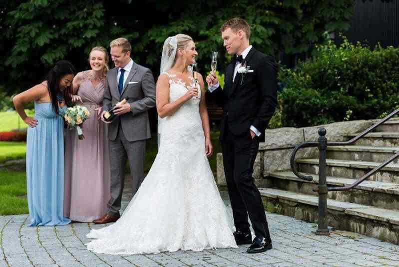 Lykkelig brudepar med blomster fra Søstra Til Morten
