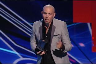VIDEO Pitbull calls out Trump in acceptance speech at Premios Juventud
