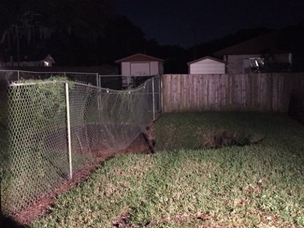 VIDEO 4 Homes in Seffner, Florida Evacuated After 30-Feet Wide Sinkhole Opens Up