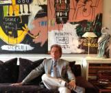Valentino Garavani con l'opera di Jean-Michel Basquiat