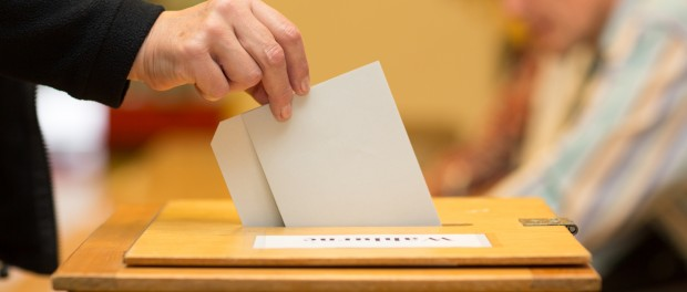 Stimmzettel in Wahlurne