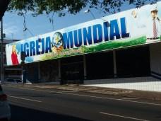 In Brasile come in Argentina, i cinema in disuso diventano le sedi delle chiese evangeliche. A Foz de Iguaçu ne ho contate una decina